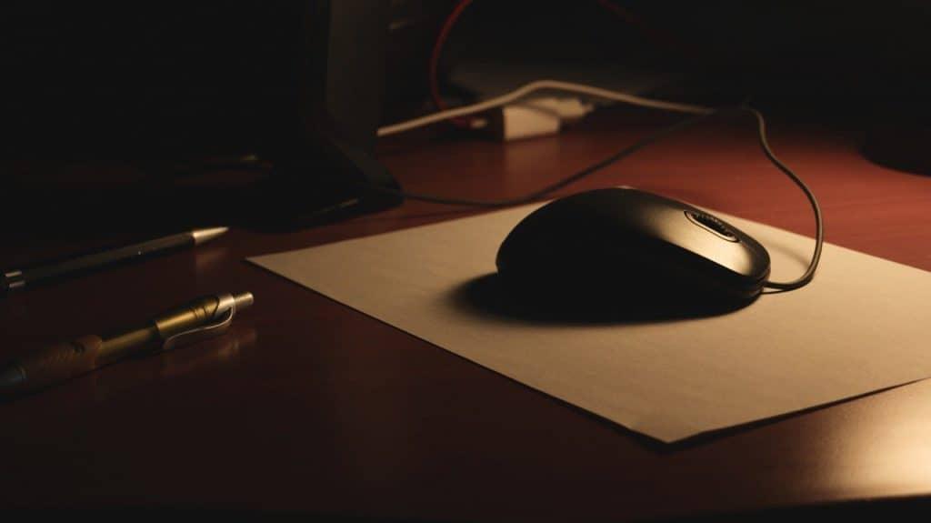 Computer Maus auf Schreibtisch und Stiften