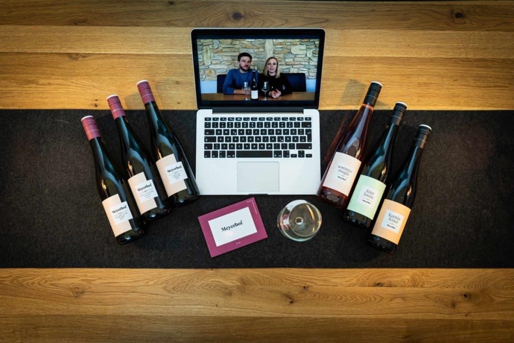 Laptop und Weinflaschen