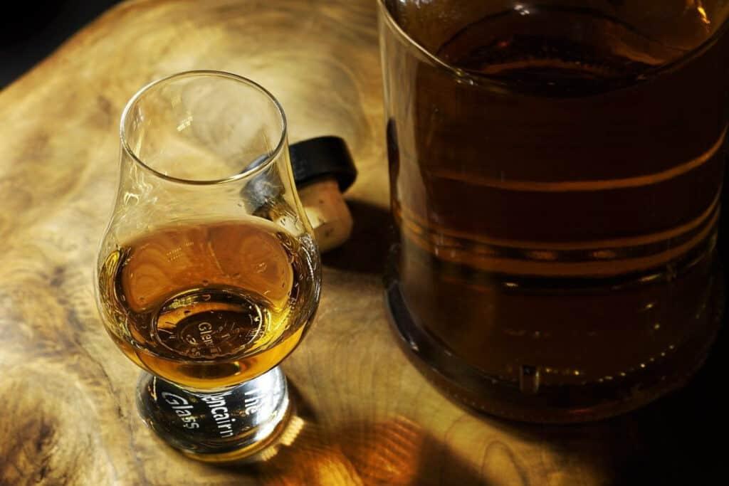 Rum Glas neben Fass
